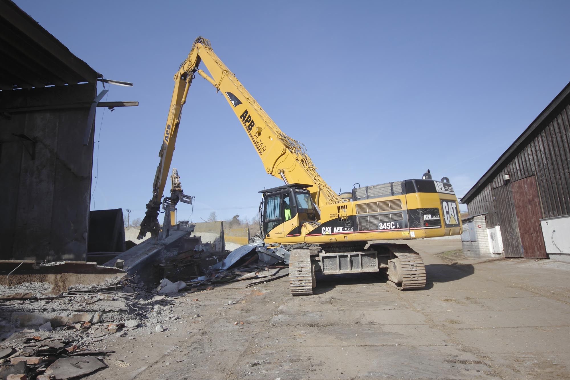 Demolition of reinforced concrete hayloft after a fire »